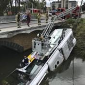 De Lijn-bus met twee passagiers duikt het water in in Brugge