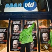 Greenpeace hangt posters van verouderde formateurs op aan partijbureaus