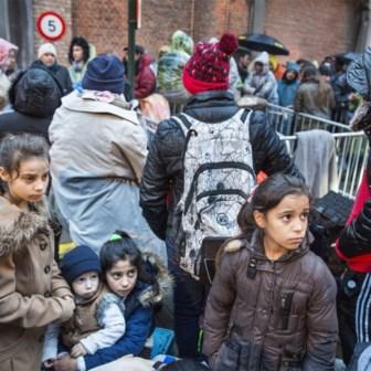 Asielzoekers staan aan te schuiven voor hun asielaanvraag aan het Klein Kasteeltje in 2018.