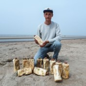 Strand bezaaid met duizend lekkende flessen motorolie
