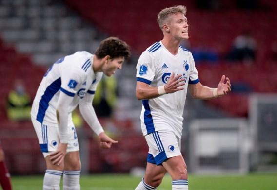 Twee verdedigers tackelen elkaar, derde loopt bal in eigen doel: goal die wereld rondgaat maakt AA Gent reekshoofd