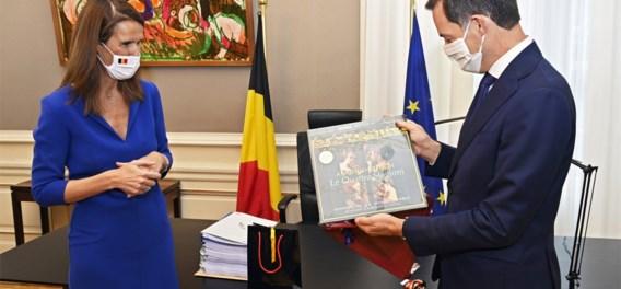 Premier De Croo ontvangt toepasselijk cadeau van uittredend premier Wilmès