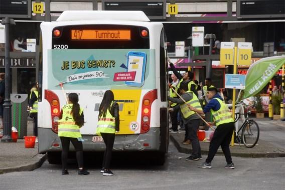 Minister van Mobiliteit Lydia Peeters (Open VLD) wil meer schoolbussen inzetten
