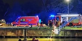 Auto rijdt in kanaal: passagier overleden