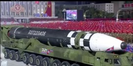 Noord-Korea onthult grote intercontinentale raket tijdens parade