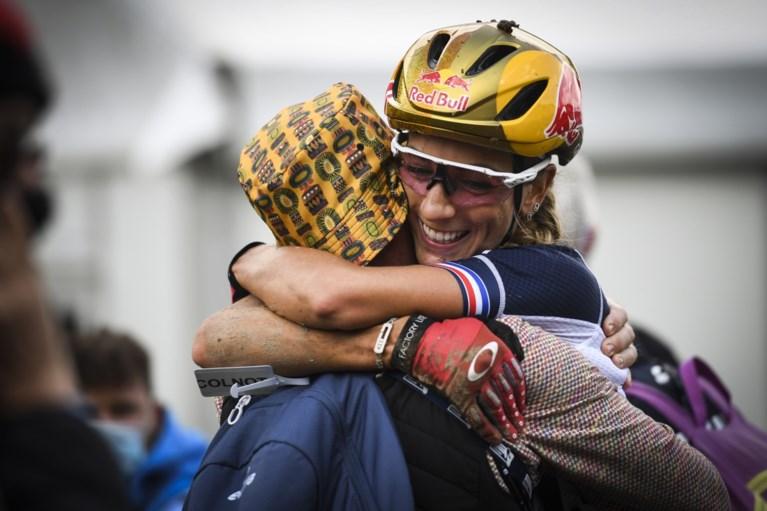 Pauline Ferrand-Prévot rijdt solo naar nieuwe titel op WK mountainbike, Githa Michiels wordt 25e