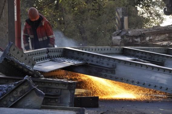 Oude spoorwegbrug Muizen in stukken gezaagd
