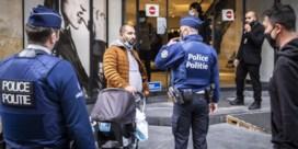 De covidpatrouille in Brussel:'Opvallend meer rokers en eters op straat sinds ze daarvoor hun mondmasker mogen afzetten'