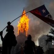 Chilenen staan stil bij twaalf maanden protest en zetten kerken in lichterlaaie