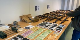 Politie treft wapenarsenaal aan in garagebox in Ravels: meer dan twintig kalasjnikovs in beslag genomen