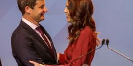 Ardern wint, verloofde kookt voor wachtende journalisten