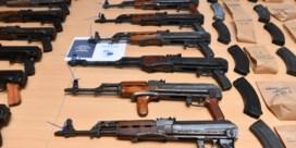 Kalasjnikovs en handvuurwapens in Kempense garagebox