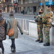 In de loopgraven over de militairen op straat