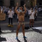 Spaanse artsen gaan uit de kleren als protest tegen slechte werkomstandigheden