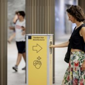 Corona-ontkenners vandaliseren Nederlandse teststraat en beschimpen omstaanders