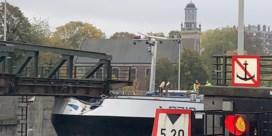 Tankschip vaart tegen Meulestedebrug in Gent