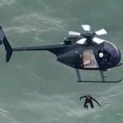 Brit maakt vrije val in zee vanuit helikopter op 40 meter hoogte