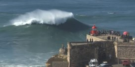 Surfers trotseren golven van wel 20 meter hoog in Portugese Nazaré