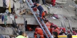 Hulpverleners redden ruim honderd mensen uit puin in Izmir