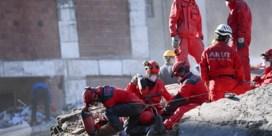 Peuter 65 uur na aardbeving levend vanonder puin gehaald in Turkse Izmir