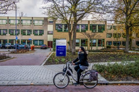 Nederlandse leraar duikt onder om cartoon in klas