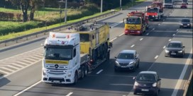 Konvooi oude brandweerwagens is blikvanger op autosnelweg
