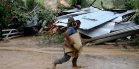 Leger Guatemala redt burgers per helikopter van overstroming