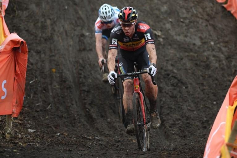 Laurens Sweeck wint Jaarmarktcross Niel na fraaie driestrijd in de modder (én beslissende zandstrook)