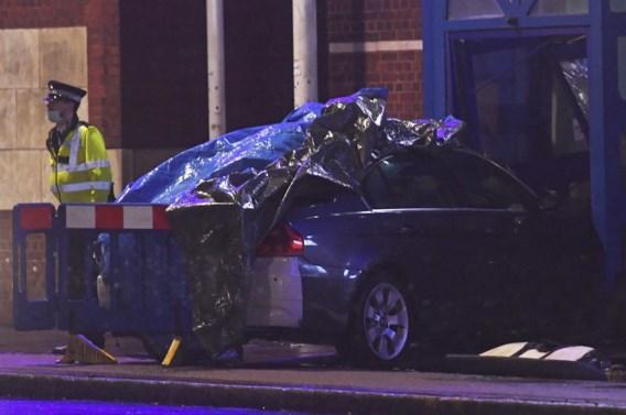 Auto rijdt in op Londens politiekantoor, bestuurder opgepakt