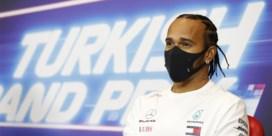 """Lewis Hamilton relativeert geruchten over vertrek: """"Ik wil verder met Mercedes"""""""