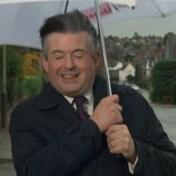 Hevige wind verstoort live-interview met politicus