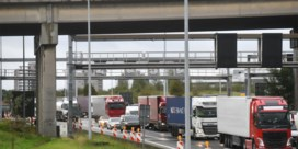 A12 volledig versperd na ongeval met vrachtwagens in Ekeren, file tot op Antwerpse ring