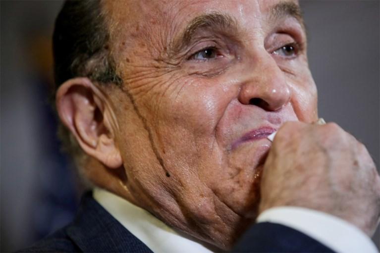 Na de parking, de haarverf: Giuliani geeft opnieuw opmerkelijke persconferentie