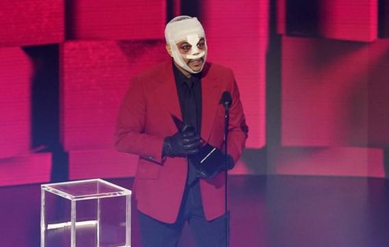 The Weeknd verschijnt met ingezwachteld gezicht op American Music Awards