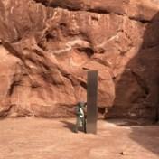 Werkmannen stoten op mysterieuze metalen zuil in uithoek van woestijn