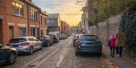 Helft parkeerplaatsen Leuvense straat moet verdwijnen voor bredere stoepen