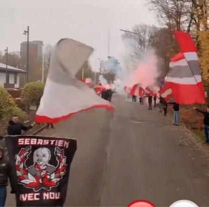 Standard-supporters zwaaien team zonder Mehdi Carcela uit met vlaggen en vuurwerk voor Clasico