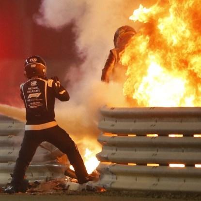 Formule 1-piloot ontsnapt aan dood nadat bolide vangrail ramt, in tweeën scheurt en explodeert