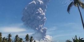 Indonesische vulkaan spuwt as kilometers de lucht in