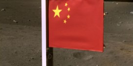 Chinezen planten vlag op de maan
