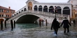 Vloedgolven en defecte waterkering zetten Venetië weer onder water