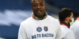 PSG geeft als steunbetuiging gesigneerd shirt aan geviseerde assistent-trainer Basaksehir