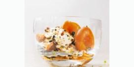 Gepocheerde abrikozen en mascarpone met pistachenoten en amaretti