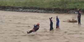 Reddingsoperatie via zipline na overstroming in Filipijnen
