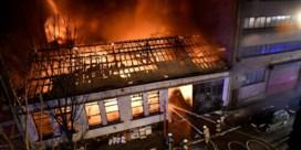 Loods gaat in de vlammen op, honderdtal buurtbewoners geëvacueerd
