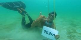 Deen breekt wereldrecord langste afstand zwemmen zonder te ademen