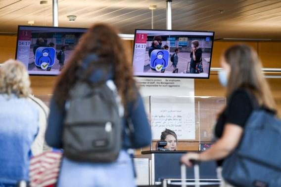 Foto van drukte op luchthaven Charleroi roept vragen op: 'Waar gaan die reizigers naartoe?'
