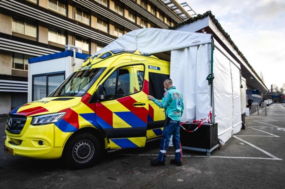 Nederlandse ziekenhuizen stellen niet-dringende zorg uit: 'Alle hens aan dek'