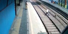 Indiase spoorloper komt met de schrik vrij nadat hij zijn schoen verliest