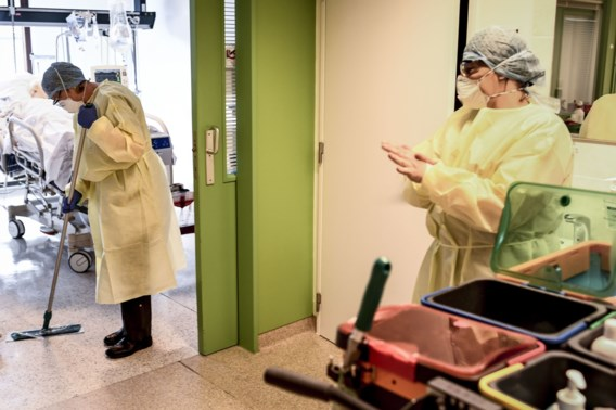 Besmettingen blijven fors dalen, ziekenhuisopnames dalen minder snel